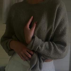säljer mysig stickad tröja som är perfekt nu till hösten. Mossgrön färg och mjuk. Gratis frakt. ❤️