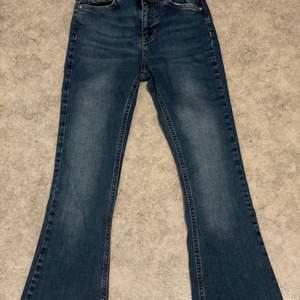 Mörkblåa bootcut jeans från Gina tricot. Dessa blev för små vilket blir att det säljs. I storlek xs<3