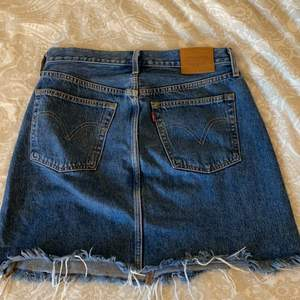 En Lewis kjol som är använd Max 3 gånger så helt ny skulle man kunna säga. Eftersom den nästan aldrig är använd så har den heller inte några synliga tecken på användning.