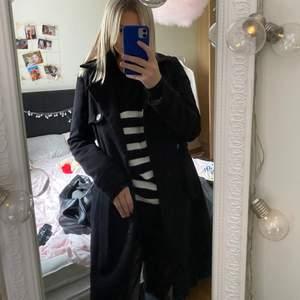 Säljer min svarta kappa i storlek 36. Mellanlång och mycket bra skick. Så fint fall och sitter perfekt, perfekt nu till hösten! Säljer pga lite liten för mig. Säljer för 299kr + frakt❤️ skriv privat för fler bilder ❤️