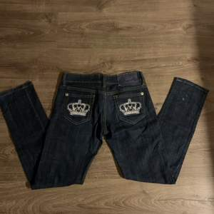 Säljer nu dessa victoria Beckham jeans !! ⚡️⚡️ säljer pga av att de är alldeles för små i låren på mig!! Strl 28 men jag som har 36 (stora lår)  fick på mig de!! Dem är låg midjade o skit snygga!!💗 skriv för fler bilder eller andra frågor!!⚡️ om många är intresserade så startar jag budgivning!💗 Buda eller köp direkt för 300+frakt💕💕 högsta bud 170!!