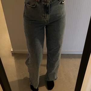 Avklippta (är 167 cm lång) raka jeans från Zara som köptes förra året för 399, nu kommer de inte till användning längre och hoppas att någon annan med behov får äga de 💕