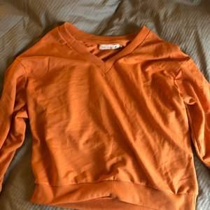 Säljer denna snygga oranga tröjan då den inte kommer till användning längre⚡️⚡️ Den är ganska stor i storleken så skulle säga att det mer är som en S eller en liten M !! Köparen står för frakten<3