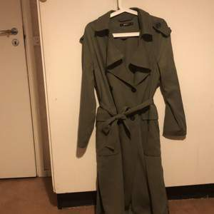 Säljer en lång kappa från Gina Tricot för 500 kr + 66 kr frakt! Kappan har inga hål eller smutsiga märken. Färg: Grön. Storlek 38. Skicka ett meddelande om du är intresserad att köpa! #ginatricot