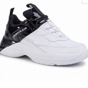 Jättefina skor från Calvin Klein, i princip oanvända. Köptes för 1700kr. Dom heter Calvin Klein marrell sneakers och är slutsålda typ överallt