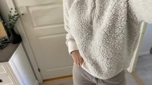 ⚠️GRATIS FRAKT⚠️ Nu ska jag sälja denna jättesköna hoodie då jag inte använder den längre. Jag köpte denna 2019 och har använt runt 4 gånger, men den är jättemysig. Strl M och nypris 350. Skriv till mig om du är intresserad!!💞💓