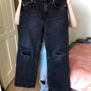 Säljer dessa svarta vida jeans i storlek 36 från pull and bear, super fina men är tyvär för stora och långa för mig då jag är 160 cm lång. Kunden står för frakt(66kr)och pris kan diskuteras. Är använda men endast ett par gånger. 💖🥰🥺hade behållt den själv om jag var lite längre.