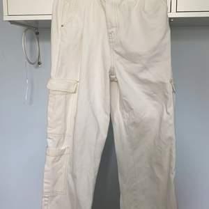 jättefina vita baggy jeans från bershka! Inte använda många gånger