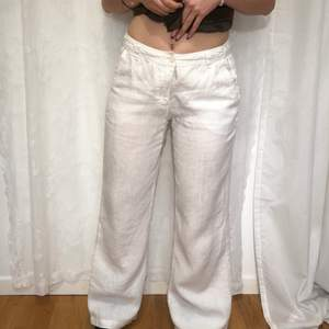 Skit snygga 100% linne byxor. De är lagade mellan benen och eftersom de är genomskinliga syns lagningen (tredje bilden) men jag brukar ändå ha vita underbyxor under dom och då syns det ej. Passar perfekt på mig som är S, 166 men passar även mindre