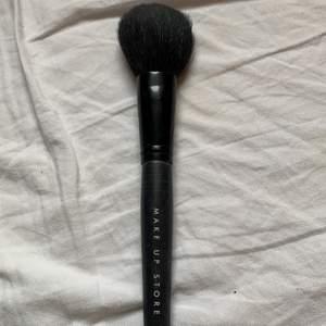 En puderborste från make up store. Den är använd men tvättas såklart innan! Borste nummer 350. Köparen står för frakten!🌸