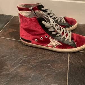 As coola & unika golden goose skor, super fin röd färg. Sparsamt andvända så de har inga defekter!Dom är i storlek 40 men passar bra på mig som har 39, man kan lägga i sula om de är lite stora!! Hör av dig vid intessse❤️kan gå ner i pris vid snabb affär