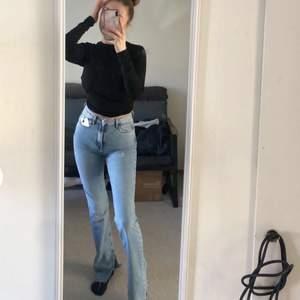 Säljer ett är helt nya jeans från zara, prislapp finns kvar. Köpta för 359kr, säljer för 300kr. Har en split vid sidan av benet.