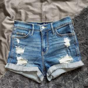 Säljer dessa högmidjade stretchiga jeansshorts från Hollister. Storlek 00/W23, vilket är en xxs/xs. Köpte i USA för nåt år sedan men knappt använda då de är för små för mig. Köparen står för frakten.