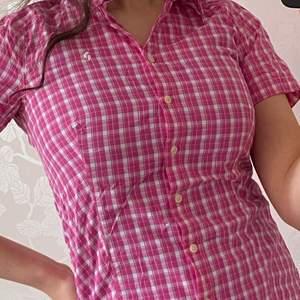 Trendig äkta peak performance skjorta i mycket bra skick, köparen står för frakten🤍