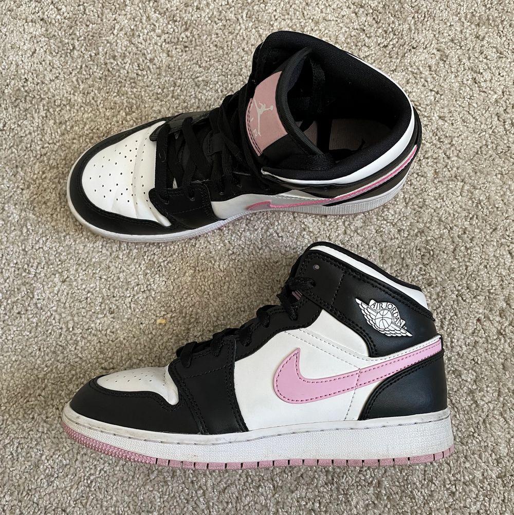Funderar på att sälja mina Jordans då de förtjänar att blir använda mer än vad de gör i nulärget. Mycket sparsamt använda! Färgen är Artic Pink och storleken är 36,5. Är såklart äkta! Det finns kvar!!!. Skor.