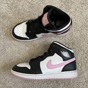 Funderar på att sälja mina Jordans då de förtjänar att blir använda mer än vad de gör i nulärget. Mycket sparsamt använda! Färgen är Artic Pink och storleken är 36,5. Är såklart äkta!