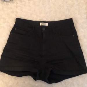 Ett par svarta jättefina shorts som är perfekta till sommaren. I storlek 170 men skulle säga att dem är mindre än det💕 säljer pga ingen användning av dem💕 dem är från Lindex.