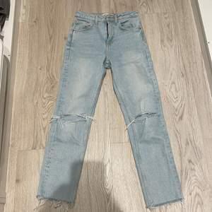 Fina ljusa jeans till sommaren eller de vill säga till varan. Är i bra skick, har använt 2 till 3 gånger eftersom de är för korta. Säljer de för 150kr. Pris kan diskuteras💕. Stolek 32.