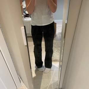 Ett par fina rowe weekday jeans svarta, som är i bra skick, jag har inte använt dom jätte mycket då dom var lite tighta i midjan. Köpta i sen sommar! Orginal pris 500kr!! Men perfekt långa som går precis över skon, jag är ca 165cm