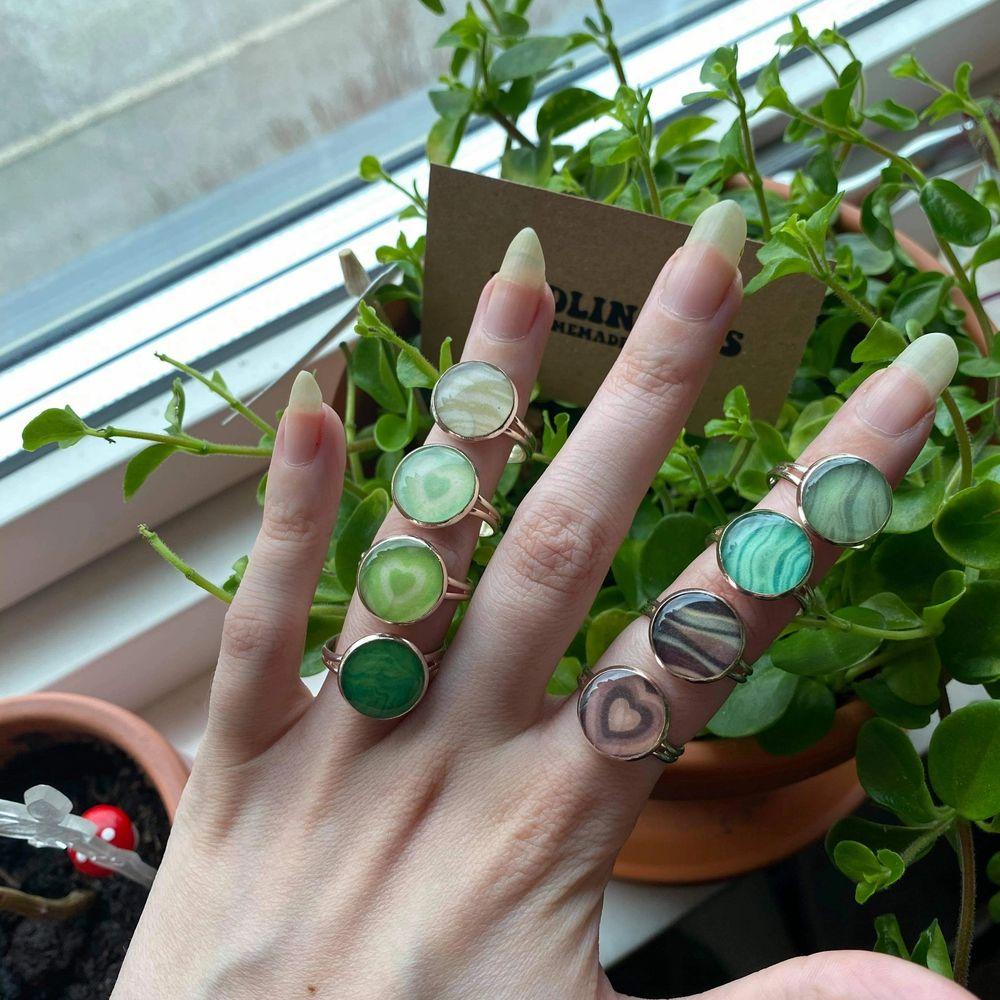 Vi har gjort egna ringar! ✨ Ringen är gjort i resin, den är också justerbar. Ni ser alla designs på bild 3 🌿. 59:-/st ✨ . Accessoarer.