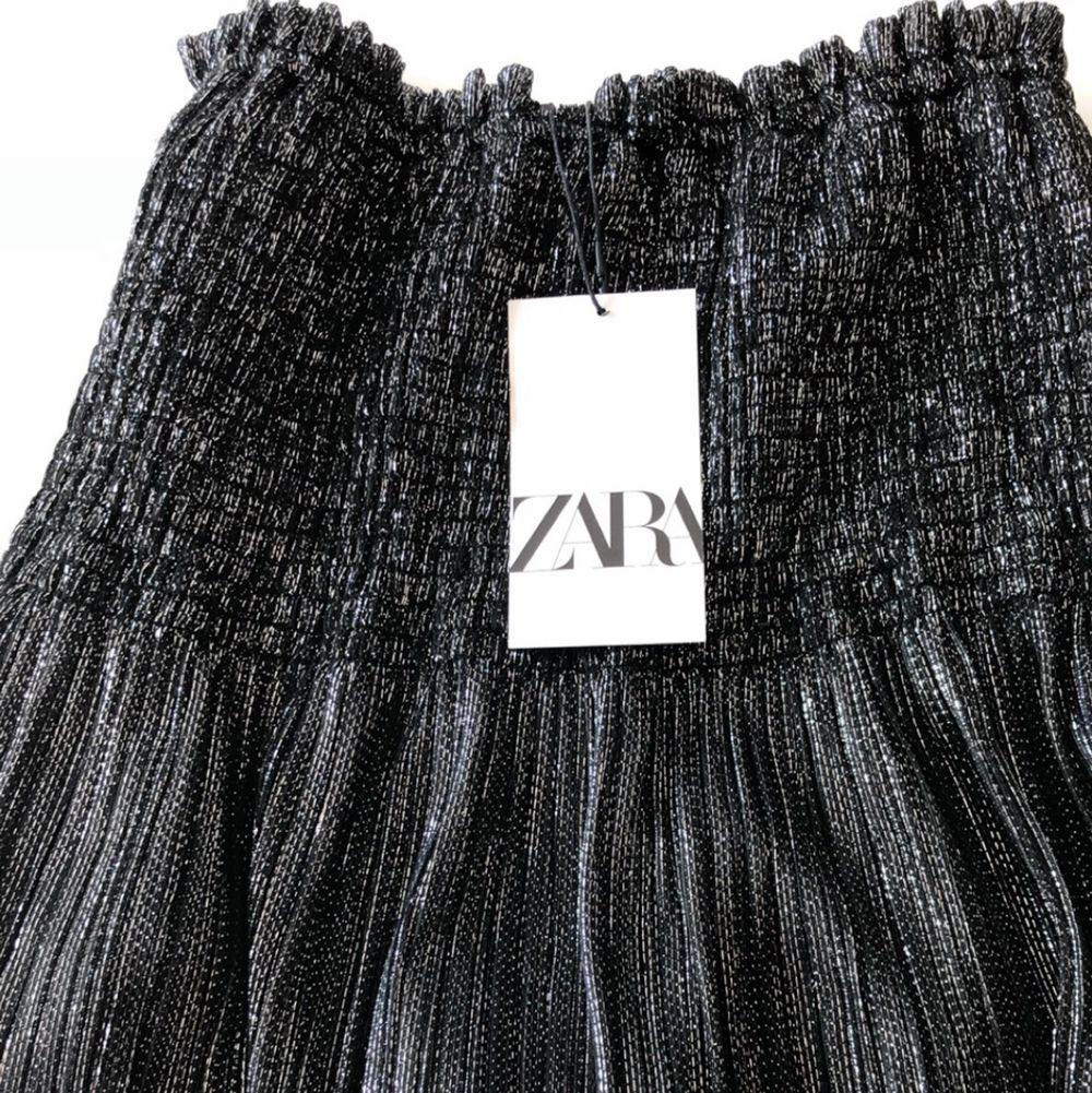 Kjol från zara som är slutsåld❤️ Aldrig använd och prislappen är kvar! Första bild lånad av ma.sellout❤️. Kjolar.
