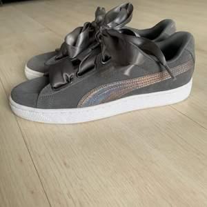 Snygga sneakers från puma. Originalpriset är 1000kr, men de är slutsålda överallt. Har heller aldrig använt skorna. Så de är helt nya💕