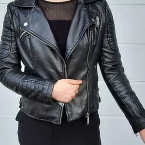 Sparsamt använd skinnjacka från Zara. Är i strl M, men skulle säga att den är mer utav en S/XS i storleken