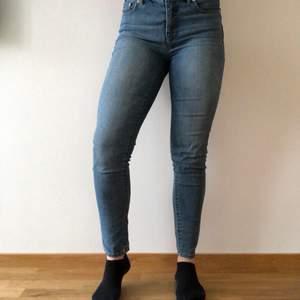 Ralph Lauren Jeans som är använda ett fåtal gånger, säljer för att de är för stora. Storleken är 4 och jag vet inte vad de kan vara i Sverige men skulle gissa på M för jag har S i vanliga fall. Om du har tveksamheter för storleken hör av dig så kollar vi upp de tillsammans