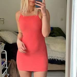 """Denna klänning har den mest underbara färgen och ett attraktivt """"neck-line"""" som framhäver nyckelbenen 🥺 den sitter också jättefint runt rumpan 😊 (jättebra skick) btw så är jag 178 cm"""