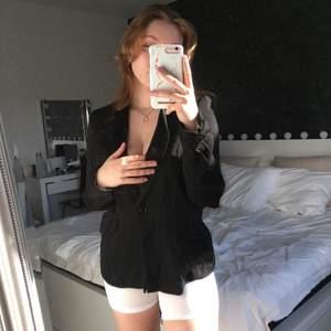 En snygg kostymjacka från H&M i storlek 38🤍 Endast testad! Har två framfickor🤍 Ej strykt på bild🤍 Vaddering i axlarna!🤍