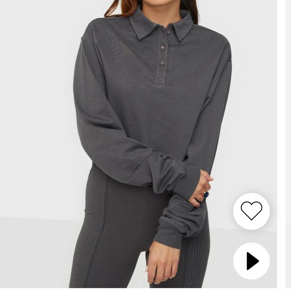 Helt ny croppad tröja från Nelly med tags kvar. FRI FRAKT!! Storlek XL, men passar L bättre.. Toppar.