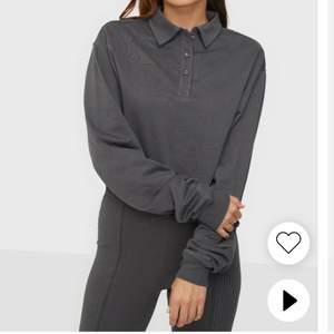 Helt ny croppad tröja från Nelly med tags kvar. FRI FRAKT!! Storlek XL, men passar L bättre.