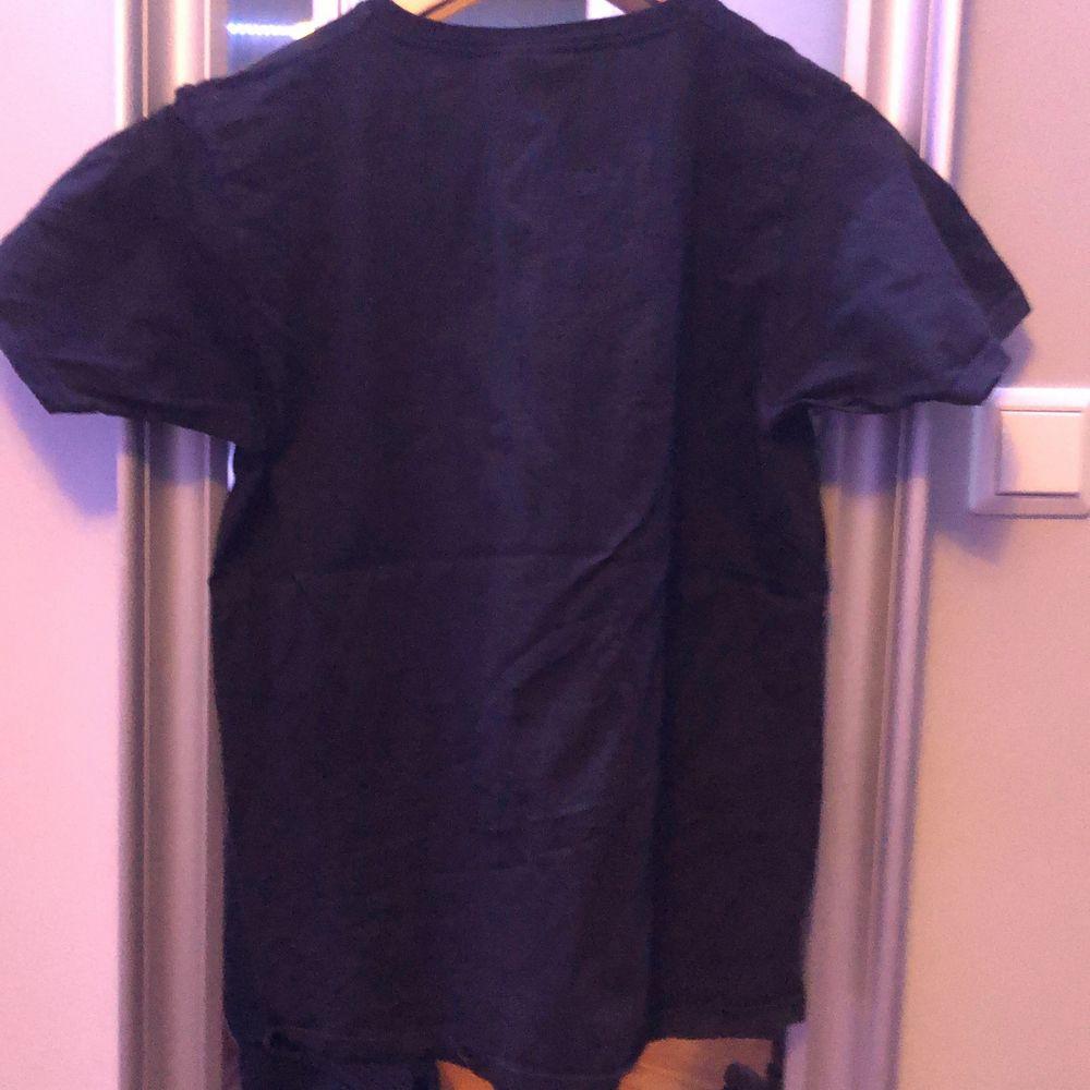 Svart Cocio T-shirt, oanvänd, för liten för mig även fast jag är 183 cm, fruit of the loom, rekommenderas inte för långa, skriv vid diskution om pris, kan säljas lägst för 100kr. T-shirts.