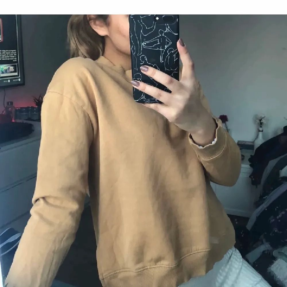 Supersnygg beige tröja med slits, skickar spårbart. Tröjor & Koftor.