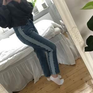 Raka jeans från na-kd. Storlek 40 men passar mig som är mellan 36/38 vanligtvis.