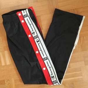 Säljer dessa snygga popper track pants från Champion i storlek S, de är aldrig använda men dock finns inte lappen kvar. Nypris 600kr, hör av dig vid eventuella frågor!❤