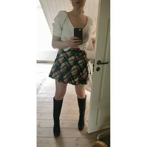 Rutig färgglad vintage kjol stl S, med hög midja, varmare tjockt tyg men sticks inte. Midjemått 65cm, det står strl 38 i men jag uppskattar den till strl S då den är kanska liten i storleken. Köpt på vintage i Paris 🧡 Jag lägger upp nytt då och då, Följ mig gärna för kommande annonser