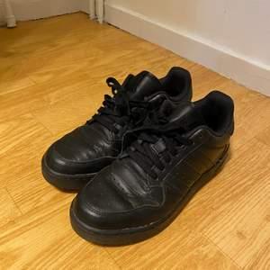 Har ett par super fina adidas skor, tyvärr är dom lite för smala för mina fötter då jag inte använder dom, har använt dom ett par gången men tyvärr kan jag inte ha dom, storlek 38