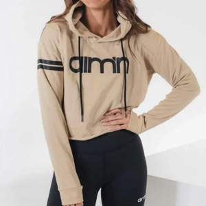 Croppad beige hoodie från aim'n. Slut på hemsidan idag. Fint skick ☀️ Köptes för 500kr