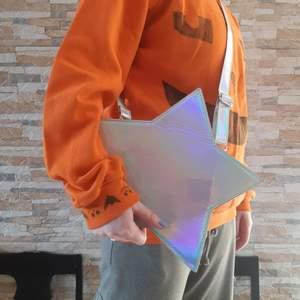 Har haft i typ ett år och bara använt några gånger. Bra skick! Metallic Grey Faux leather Fully lockable with zipper Shoulder strap Inside several pockets Backsite pocket (wxhxd) approx. 25cm x 25cm x 8cm