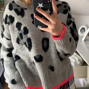 Såå mysig stickad tröja med leopard mönster och ascoola rosa detaljer😍😍
