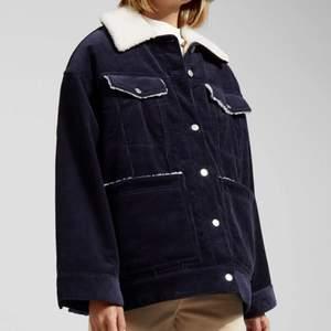 Hej, säljer denna snygga jacka från weekday i storleken xs men den är oversized i modellen.