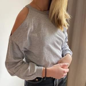 Trendig tröja med cut out i storlek S, är inte säker var den är ifrån tyvärr.