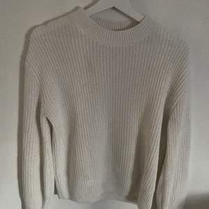 Fin vit stickad tröja, använda va 3 ggr, säljer pågrund av att den inte riktigt kommer till användning, köpt från mq för 400kr
