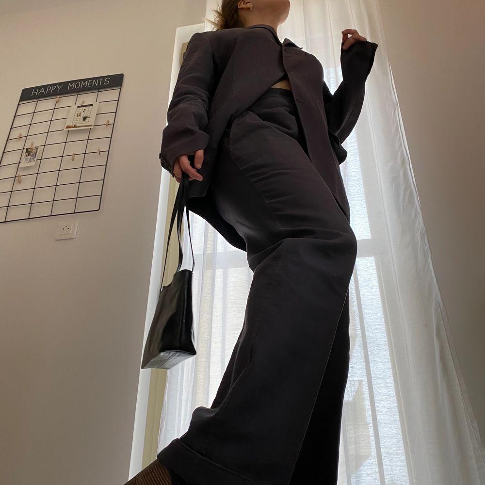Äkta LV kostym set i fint skick, har tvättats några gånger på kemtvätt, vissa av lapparna från kemtvätt finns kvar. Made in Italy, 100% cotton. Är egentligen för män, men passar även kvinnor. Modellen använder vanligtvis storlek S och är 169cm. Jackan är i storlek 50 och kostymbyxorna i storlek 52. Kan skicka mer bilder vid intresse! Har tyvärr inget äktehetsintyg eller kvitto då den köptes för länge sen. Kostymen postas från Paris, så frakt kan ta lite längre än vanligt. Kan betalas via SafePay annars så tar jag Swish! . Kostymer.