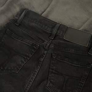 Tiger of Sweden jeans i st 34 (mid Waist). Sitter otroligt fint på rumpan och är köpta för 1195 kr. Fler bilder kan skickas individuellt.