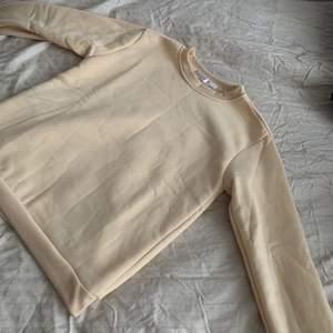 Super bekväm beige sweatshirt. Den är aldrig använd och därför i perfekt skick. Lappen säger att den är i storlek XXL men den passar mer som S-M. OBS. Köparen står för frakt