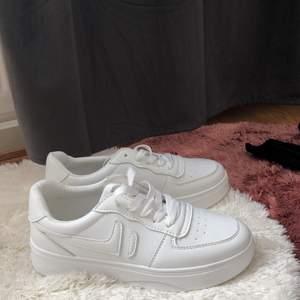 Säljer mina fina skor 300kr efter jag har precis fått de, tyvärr så är de för liten för mig. De har bra passform och är oanvända. De är helt nya. Storlek 38