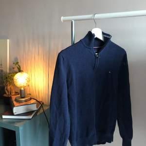 En zip-up sweater från Tommy Hilfiger i storlek Small (true to size), den är i ett superskick utan några flaws alls. Inköpt i Kanada för Ca 3-4 år sen men har på senare tid blivit för liten, allmänt fräsch tröja🔥