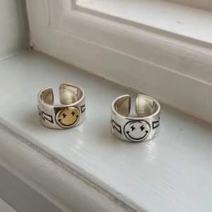 Jätte coola smiley ringar som är justerbara! Dem är i sterling silver 925!  Frakt 12kr❤️ (Den silvriga är såld men den guldiga finns kvar!❤️)